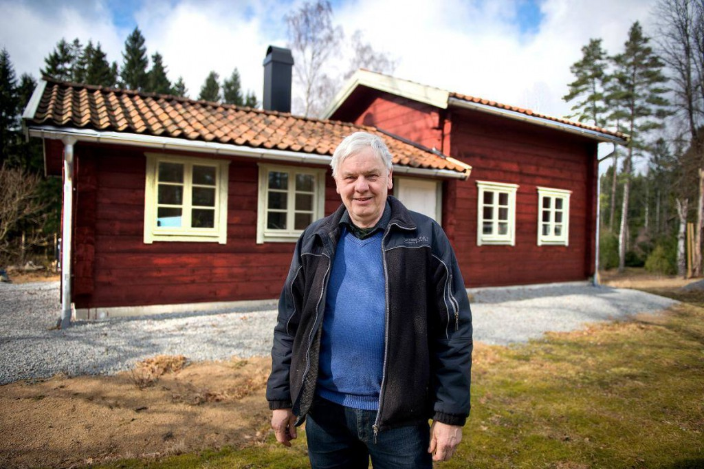 Mats Paulsson vid senaste timmerhubygget, ett vackert fritidshus i Eringsbodatrakten .Foto: Maths Olsson